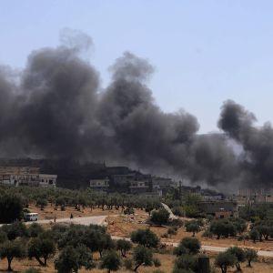 Pommituksen savua Idlibin lähellä.