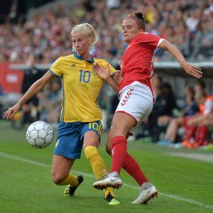 Sofia Jakobsson (vas.) kunnostautui Tanskaa vastaan.