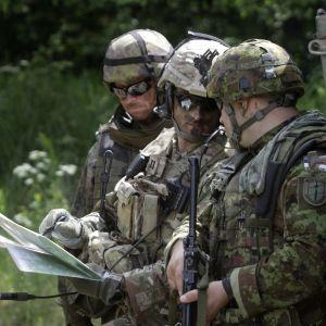 Suomalaiset ja virolaiset sotilaat osallistuivat yhteiseen sotaharjoitukseen Viron Tapassa 2016.