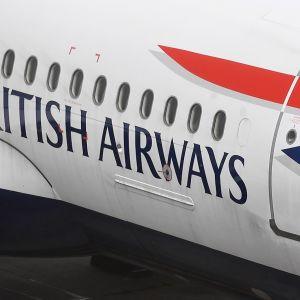 Lentokoneen kyljessä lukee British Airways