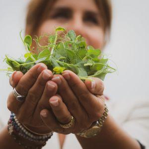 Ruotsalainen hyvinvointikirjailija Maria Borelius kantaa käsissään vesikrassia