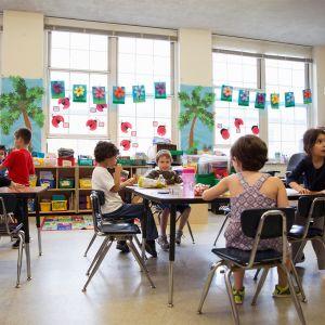 Lapset luokassa lounaalla.