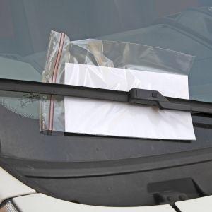 Parkkisakko auton tuulilasissa.