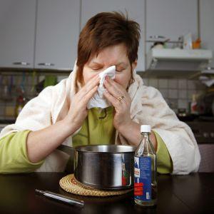 Flunssainen naineen niistää.