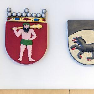 Kittilän kunnan ja Lapin maakunnan vaakunat valtuustosalin seinällä.