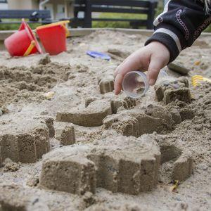 lapsi leikkii hiekalla