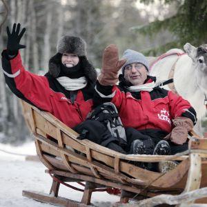 Turistit poroajelulla Rovaniemellä.