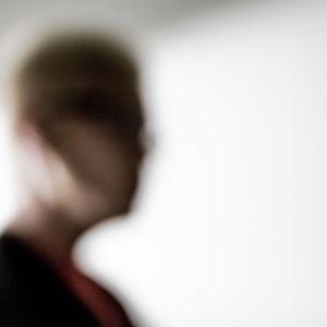 Anonyymi silhuettikuva naisesta.