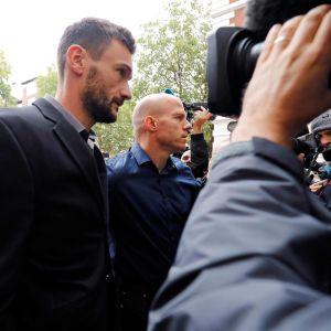 Median piirittämä Hugo Lloris saapumassa oikeuteen Lontoossa.