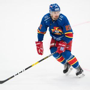 Pekka Jormakka jäällä.