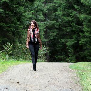 Riina-Maria Metso metsässä.