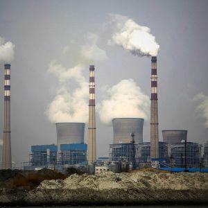 Hiilivoimala Kiinassa, savua savupiipuista.