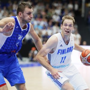 Petteri Koponen haastaa Bosnian Elmedin Kikanovicin.