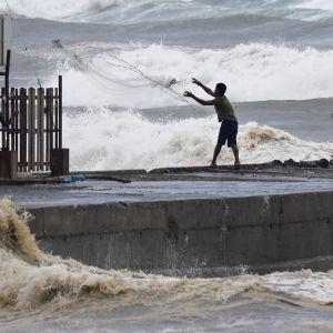 Kalastajat valmistelivat satamaa Mangkhut-taifuunin alla.