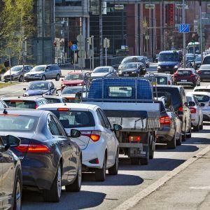 Liikenneruuhkaa kaupungissa.