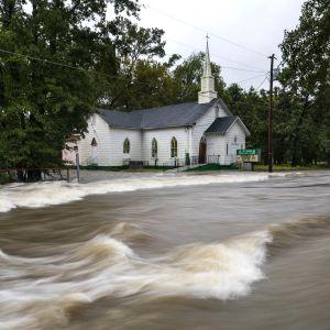 Fayettevillessä, Pohjois-Carolinassa paikallisen St. Jamesin kirkon editse kulkeva tie on muuttunut joeksi.