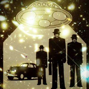 Ufoaika-lehden kansi jossa ufon valokeila ja kolme miestä mustissa.