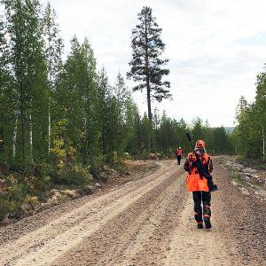 Hirvenmetsästäjiä metsäautotiellä