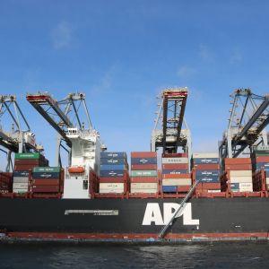 Rotterdamin satama on Euroopan suurin. Sen kautta kulkee yli miljoona tonnia rahtia päivässä.