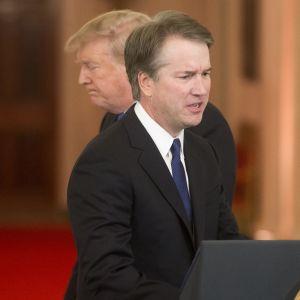 Donald Trump ja Brett Kavanaugh puhujalavalla Valkoisessa talossa, Kavanaugh poistuvan Trumpin edessä