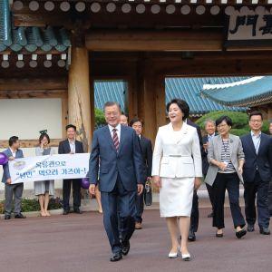 Etelä-Korean presidentti Moon Jae-in ja puoliso Kim Jung-sook, taustalla muuta delegaatiota.