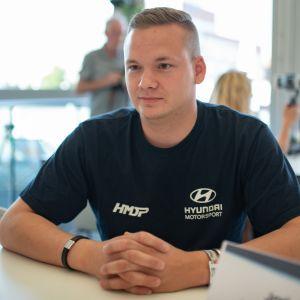 Toyota-kuljettajaksi? Jari Huttunen on ajanut kuluvan kauden valikoituja MM-ralleja Hyundai i20 R5 -autolla.