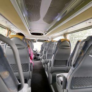 Matkustajia linja-autossa.