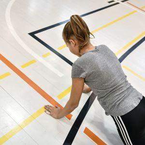 Koululainen tekee liikuntatestiä.