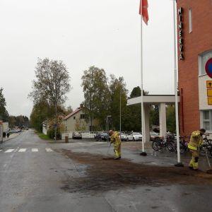 Torniossa autosta valui öljyä kadulle.