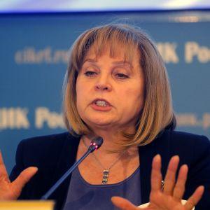 Pamfilova puhuu mikrofoniin käsillään elehtien.
