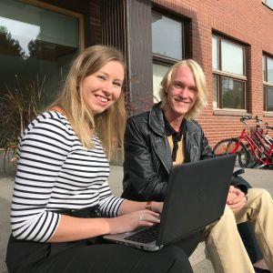 Lahden yhteiskoulun lukion abit Anni Määttä ja Joel Mattila valmistautuvat kemian yo-kokeeseen.