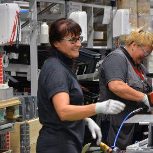 Työntekijöitä kasaamassa taajuusmuuttajia