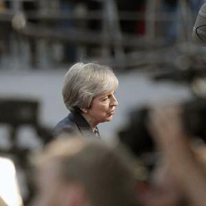 Theresa May puhuu toimittajille Salzburgissa.