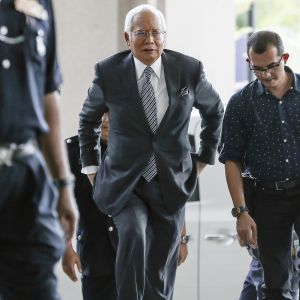 Najib Razak saapumassa oikeudenkäyntiin.