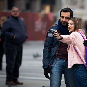 Pariskunta ottaa valokuvan itsestään.