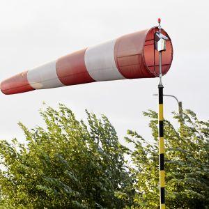 Tuulipussi kovassa tuulessa Helsingissä.