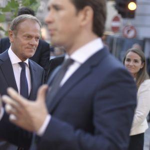 Eurooppa-neuvoston puheenjohtaja Donald Tusk (vas.) ja Itävallan liittokansleri Sebastian Kurz saapumassa EU-huippukokoukseen Salzburgissa.