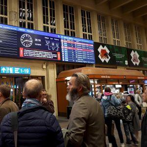 Junaliikenteen häiriöistä kertova aikataulunäyttö Helsingin rautatieasemalla.