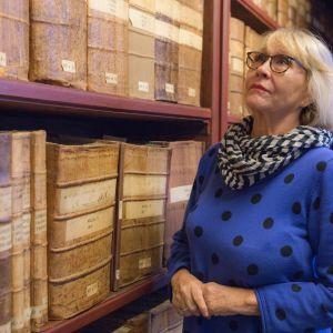 Eeva Litmanen, näyttelijä Kansallisarkiston hyllyjen äärellä