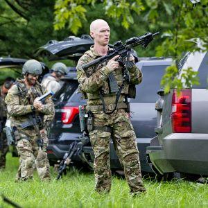 FBI:n aseistettuja agentteja ampumapaikalla.