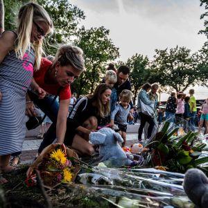 Ihmiset toivat kukkia Ossin kaupungissa paikalle, missä tuhoisa tasoristeysturma sattui 20. syyskuuta 2018.