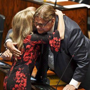 Päivi Räsänen halaa Timo Soinia.