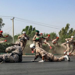 hyökkäys sotilasparaatiin