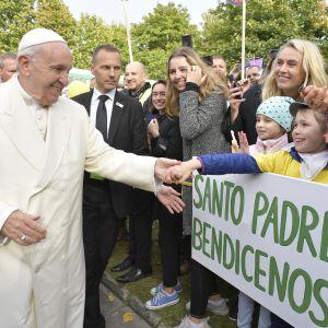 Paavi kättelee lapsia