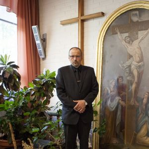 Kiinteistömestari Jouni Heiskanen Kiihtelysvaaran kirkonpalosta pelastamansa alttaritaulun edessä Kiihtelysvaaran seurakuntatalolla Joensuussa  23. syyskuuta.