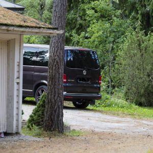 autotalli ja pakettiauto