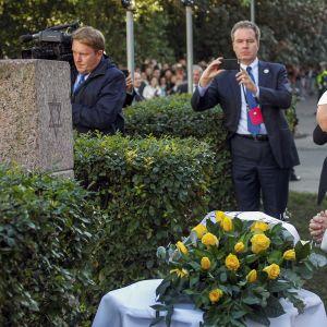 Paavi rukoilee holokaustin uhrien muistomerkillä Vilnassa.