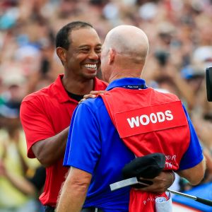Tiger Woods ja caddie Joe LaCava juhlivat voittoa.