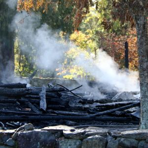 Kiihtelysvaaran kirkon savuavat rauniot.