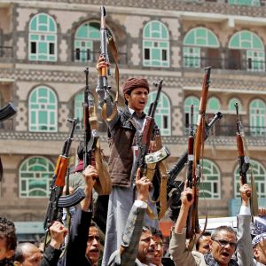 Huthikapinallisia aseineen Sanaassa.